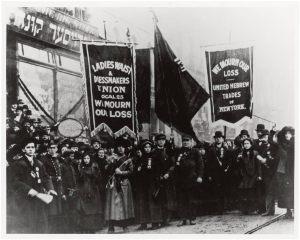 Em 1908, 15.000 mulheres marcharam em Nova York exigindo a redução de horário, melhores salários e direitos de voto.